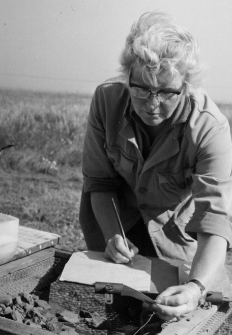 Margaret Jones recording pottery at Mucking, via <a href='http://trowelblazers.com/margaret-ursula-jones/'>TrowelBlazers</a>